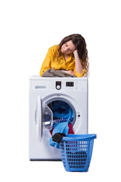 Frau müde, nachdem die wäscherei lokalisiert auf weiß getan worden ist Premium Fotos
