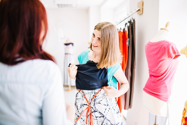 Frau passt neues kleid Kostenlose Fotos