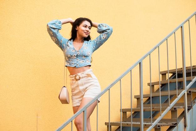 Frau posiert auf der treppe Kostenlose Fotos