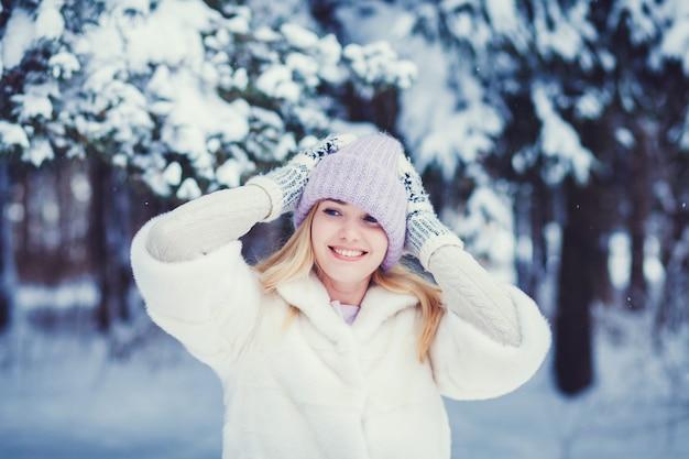 Frau posiert auf schnee hintergrund Premium Fotos
