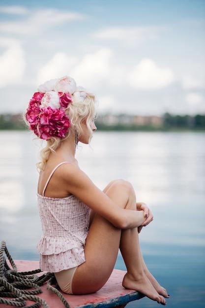 Frau posiert für ein foto im hafen Premium Fotos