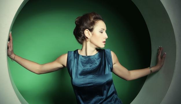 Frau posiert im kreis Premium Fotos