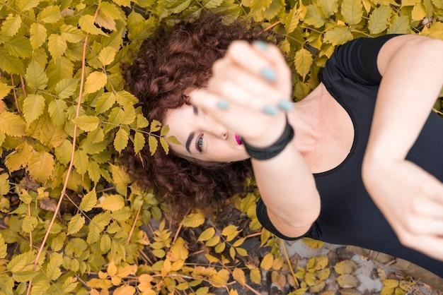 Frau posiert in der natur Kostenlose Fotos