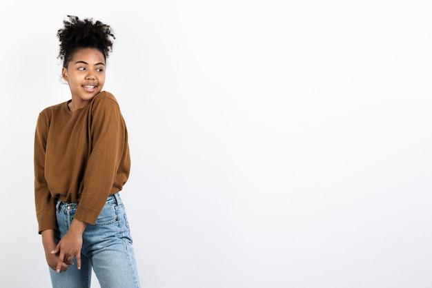 Frau posiert in freizeitkleidung Kostenlose Fotos