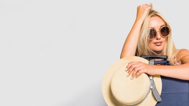 Frau posiert mit koffer Kostenlose Fotos