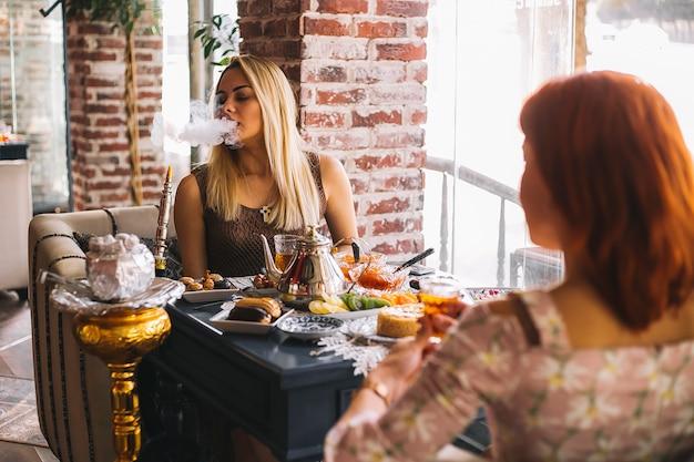 Frau raucht shisha im restaurant Kostenlose Fotos