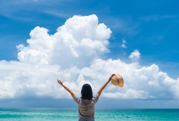 Frau reisen um die welt mit sommerstrandfreiheit und entspannen sie lebenskonzept. Premium Fotos