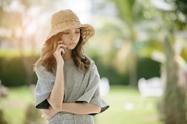 Frau ruft an telefon, reden geschäft, mädchen verwenden smartphone Premium Fotos