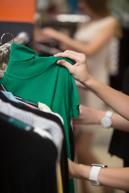 Frau schaut auf einem grünen hemd Kostenlose Fotos