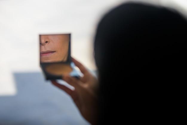 Frau Schaut In Kleinen Spiegel Ihres Pulvers Download Der