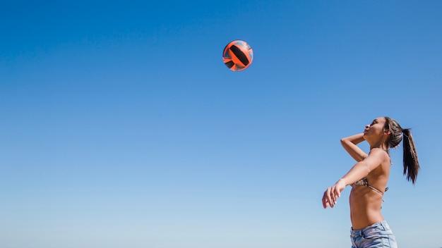 Frau schlägt volleyball Kostenlose Fotos