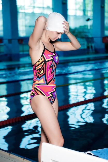 Frau schwimmer in einer badekappe kleidet brille und bereit zu schwimmen Premium Fotos