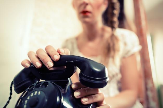 Frau sitzt auf der treppe und wartet auf einen anruf Premium Fotos