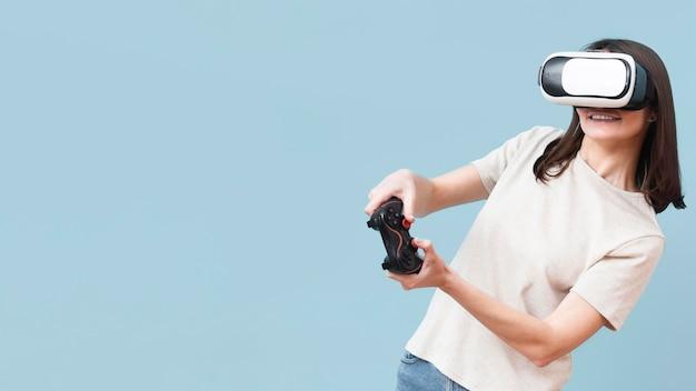 Frau spielt mit virtual-reality-headset und fernbedienung Kostenlose Fotos