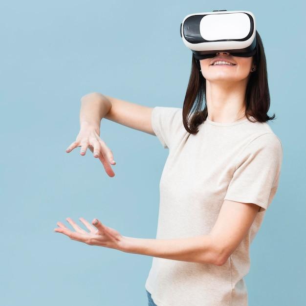 Frau spielt, während sie virtual-reality-headset verwendet Kostenlose Fotos