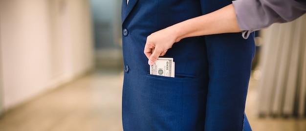 Frau stiehlt geld vom geschäftsmann Premium Fotos