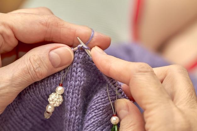 Frau strickt einen blauen warmen pullover Premium Fotos