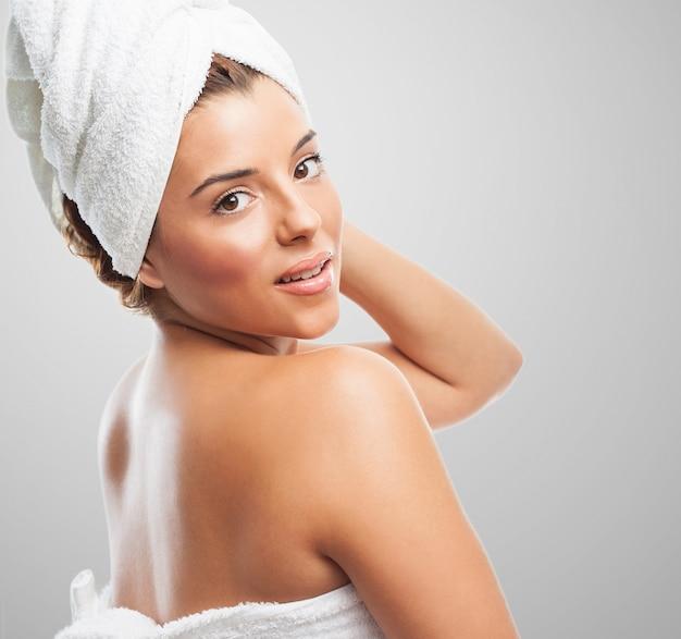 Frau trägt handtuch nach dem duschen Kostenlose Fotos