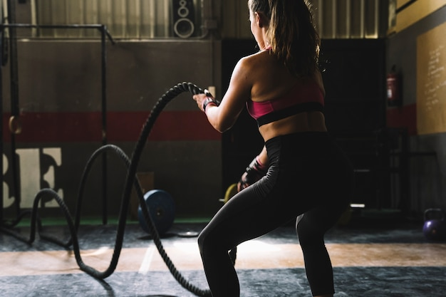 Frau training mit seil im fitnessstudio Premium Fotos