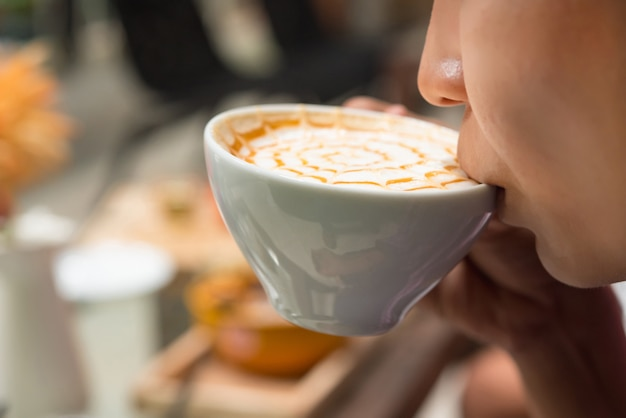 Frau trinkt kaffee Premium Fotos