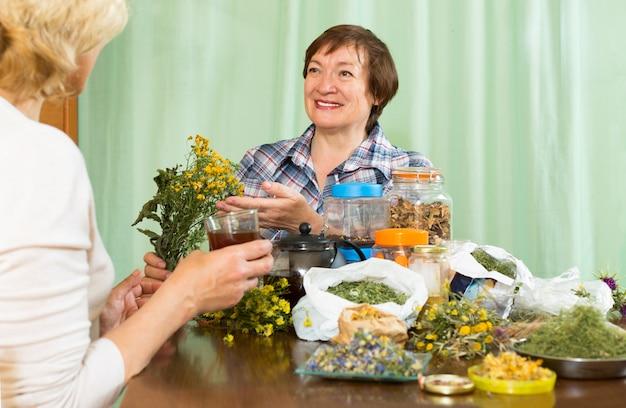 Frau trinkt kräutertee mit ihrem freund Kostenlose Fotos