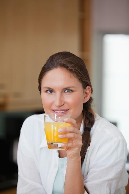 Frau trinkt orangensaft Premium Fotos