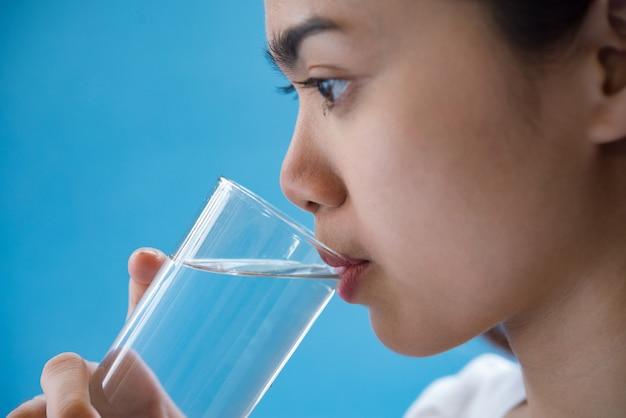 Frau trinkt wasser nach der einnahme eines arzneimittels Kostenlose Fotos
