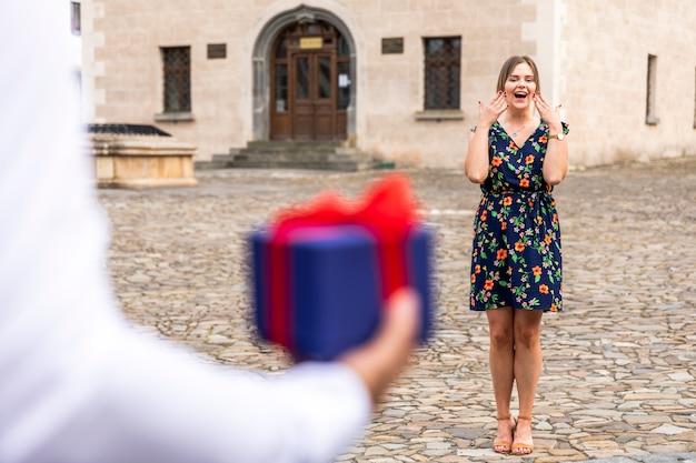 Frau überrascht, ein geschenk zu erhalten Kostenlose Fotos