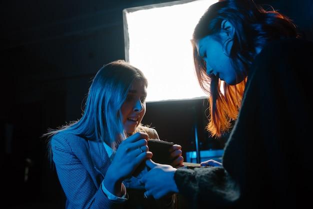 Frau und frau wahrsagerin mit kristallkugel Kostenlose Fotos