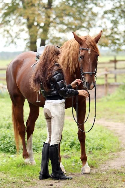 Frau und ihr braunes pferd | Kostenlose Foto
