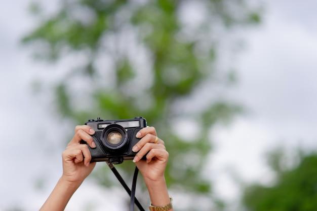 Frau und kamera weibliche fotografen schießen glücklich. reise-konzept Premium Fotos