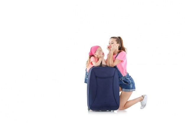 Frau und kind mit einem koffer Premium Fotos