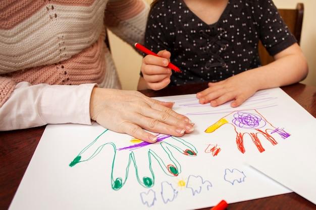 Frau und mädchen zeichnen Kostenlose Fotos