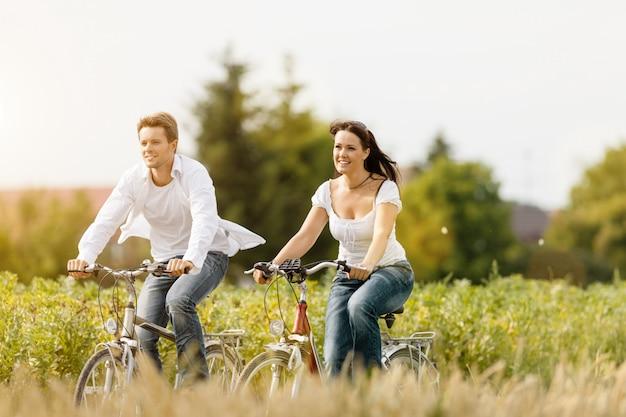 Frau und mann auf dem fahrrad im sommer Premium Fotos