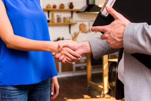 Frau und mann, die eine einigungsnahaufnahme erreichen Kostenlose Fotos