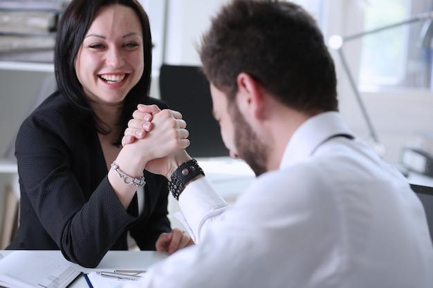 Frau und mann im anzug halten hände im ringen Premium Fotos
