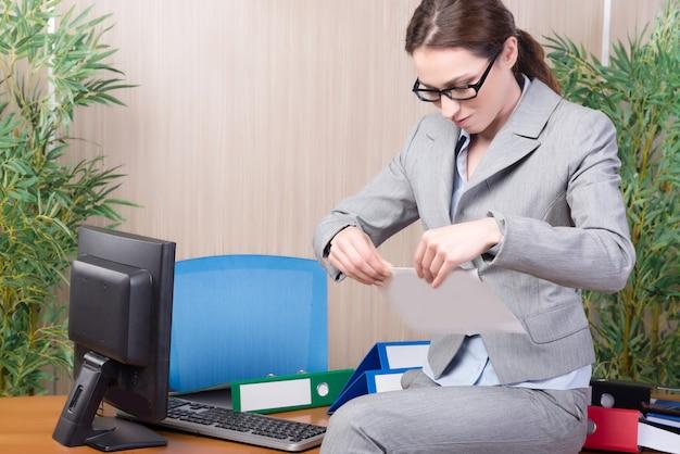 Frau unter dem druck, der im büro arbeitet Premium Fotos