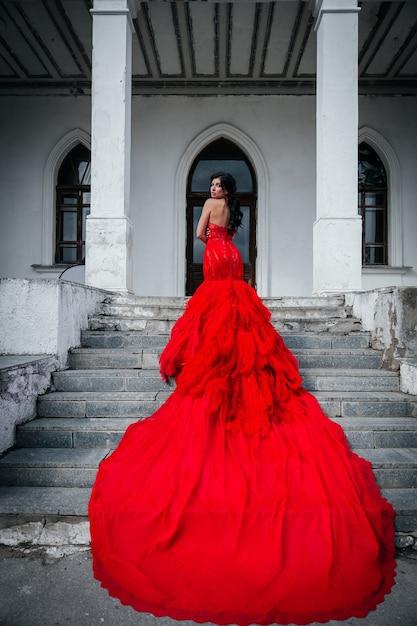 Frau Vintage Rotes Kleid Altes Schloss Schone Prinzessin Im Verfuhrerischen Kleid Elegante Kaukasische Weibliche Marchengeschichte Dunkle Treppe Dark Premium Foto