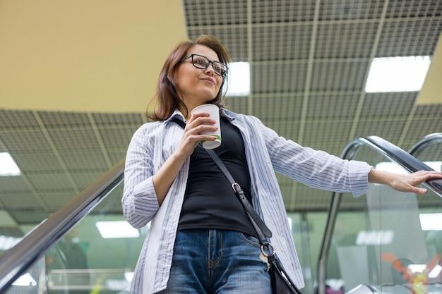 Frau von mittlerem alter mit tasse kaffee Premium Fotos