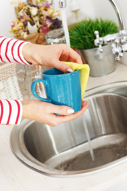 Frau wäscht teetasse Kostenlose Fotos