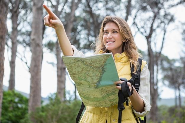 Frau, welche die karte überprüft Premium Fotos