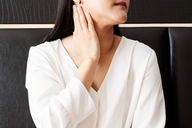 Frau wund hals und tonsillitis-, gesundheitswesen- und medizinwiederaufnahmekonzept Premium Fotos