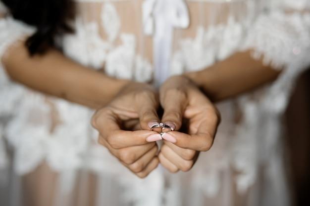 Frau zeigt ihren verlobungsring mit empfindlichem edelstein Kostenlose Fotos