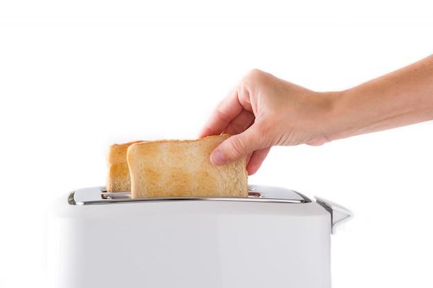 Frau zieht fertige toasts lokalisiert auf weißem hintergrund heraus Premium Fotos