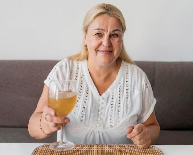 Frau zu hause in quarantäne mit einem getränk Kostenlose Fotos