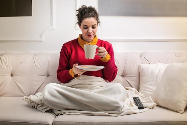 Frau zu hause tee trinken Premium Fotos