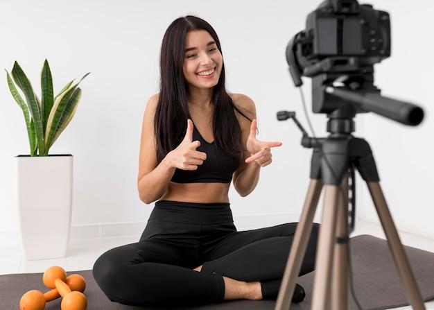 Frau zu hause vlogging mit kamera während des trainings Premium Fotos