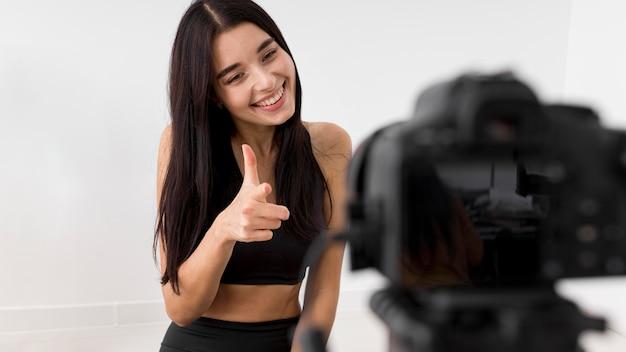 Frau zu hause vlogging mit kamera Premium Fotos