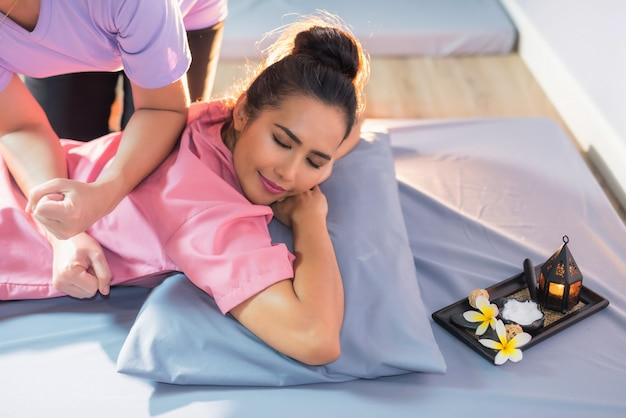 Frau zurück im thailändischen badekurort massiert Premium Fotos