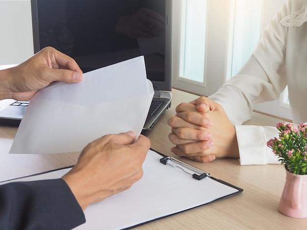 Frauen arbeiten ein kündigungsschreiben an die mitarbeiter der angst aus. Premium Fotos